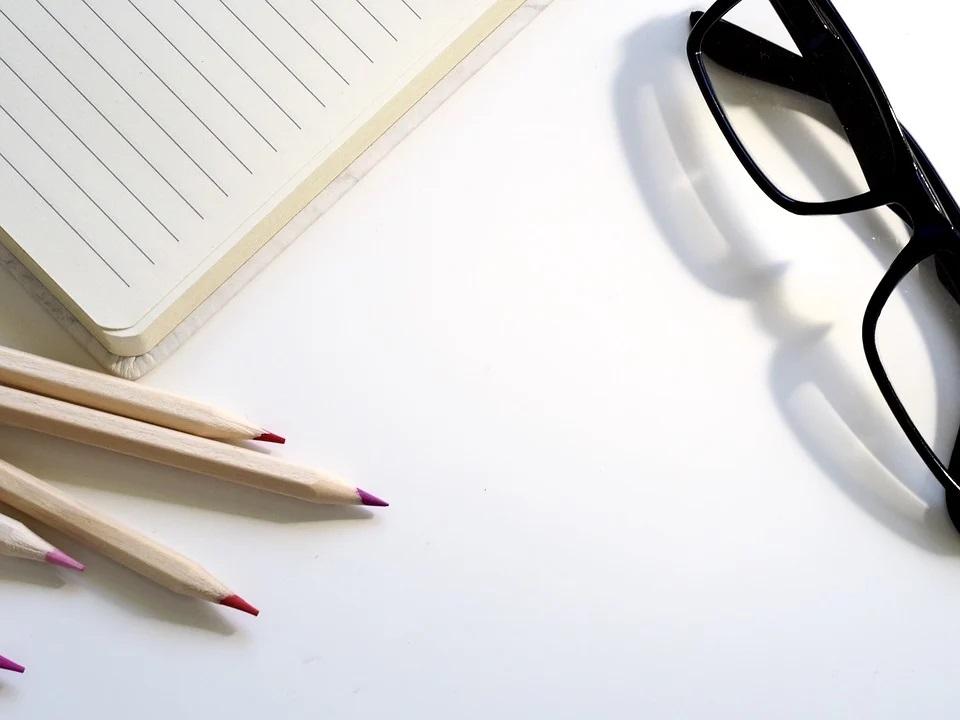 Tužky, notes a brýle