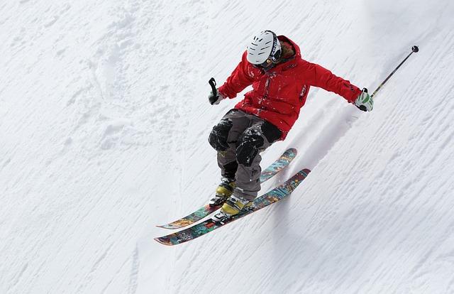 lyžař při sjezdu