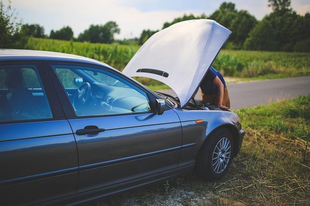 oprava auta na louce u cesty