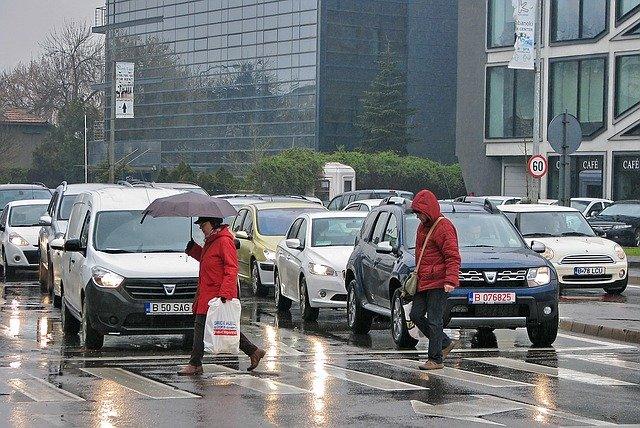 provoz ve městě, déšť, chodci na přechodu