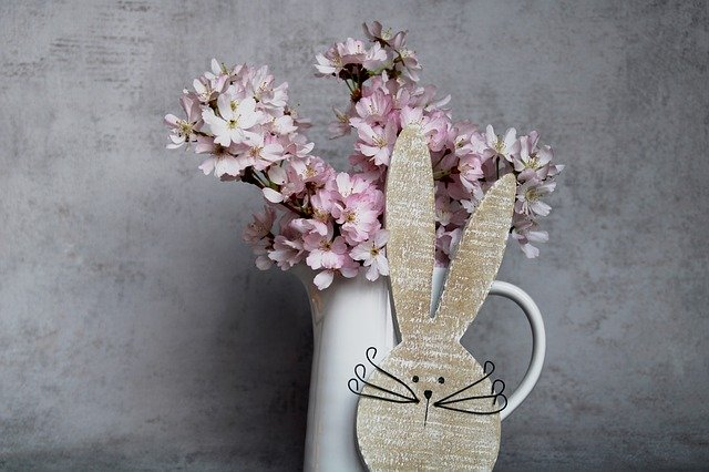 fialová kytice ve váze